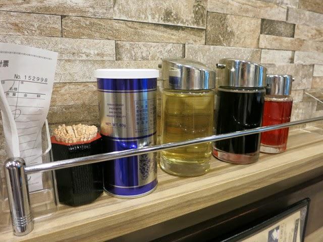 卓上の調味料類。酢と醤油とラー油は別々になってる。