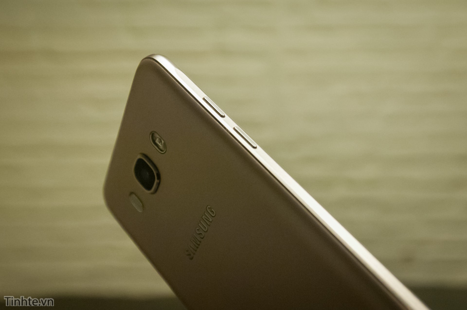 Tinhte.vn_Samsung_Galaxy_J7-8.jpg