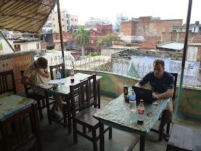 Photo: Naštěstí nacházíme vhodný guesthouse na jehož střeše se odměňujeme domácím jídlem ...