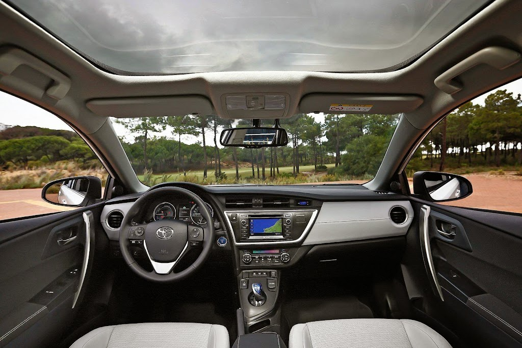 2013-Toyota-Auris-23