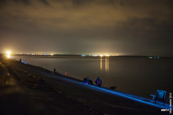 ось так виглядала ця рибалка вночі: ліворуч світиться Нетішин, по центру атомна станція