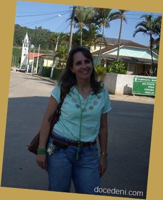Denise em cidade na estrada