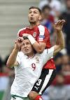 Szalai Ádám (elöl) és az osztrák csapatban játszó Aleksandar Dragovic a franciaországi labdarúgó Európa-bajnokság Ausztria - Magyarország mérkőzésen, Bordeaux, 2016. június 14-én. (MTI Fotó: Illyés Tibor)
