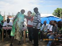 Předání certifikátu ženské zástupkyně Dinka komunity v Mahadu při závěrečné ceremonii. (Foto: Martina Voháňková, Člověk v tísni)