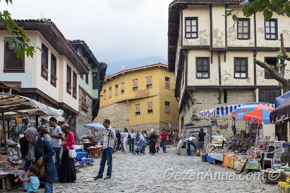 Cumalıkızık köy meydanındaki köylülerin tezgahları