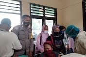 Bhabinkamtibmas Polsek Marioriawa Polres Soppeng  Melaksanakan Pam Vaksinasi di Pasar Sentral Batu-Batu