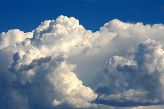 Nuvens fofas e densas