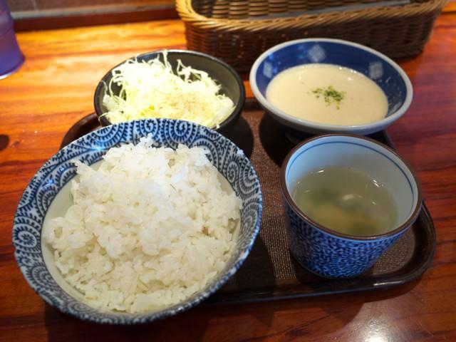 麦めし、旨塩キャベツ、わかめスープ、とろろのセット