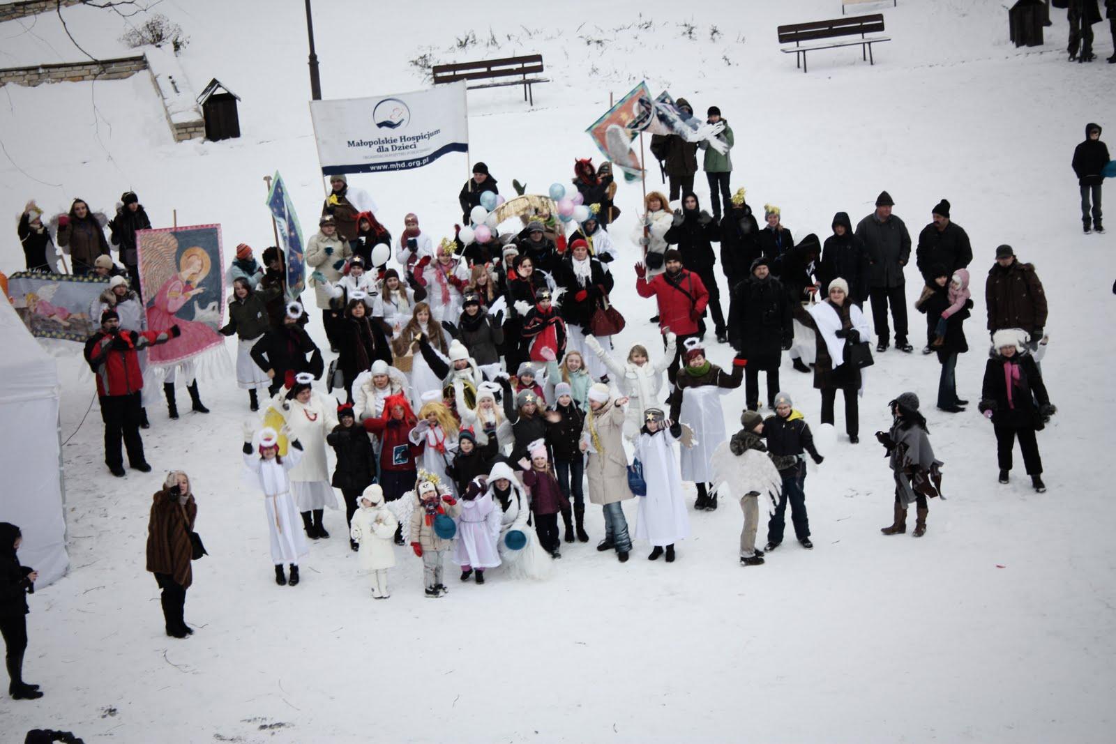 Wielkie anielskie zdjęcie wykonane w czasie Festiwalu Anioł w Miasteczku A.D. 2010, którego współorganizatorem jest Małopolskie Hospicjum dla Dzieci.  Pobilismy rekord w liczbie Aniołow w jednym miejscu wynoszący dotąd 129. 11.12.2010 było to 156 Aniołów!!!!