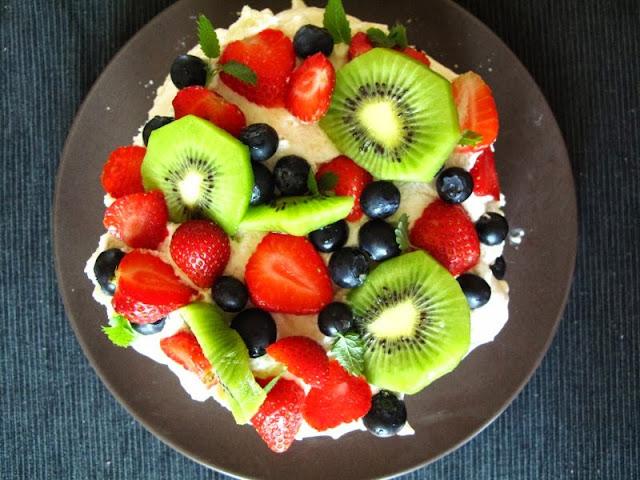 Torcik bezowy z waniliowym kremem i owocami