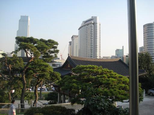 从奉恩寺往外面拍,可以看到现代都市的一面。