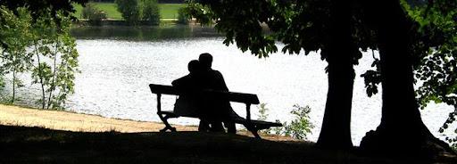 Bruselas Valonia: pareja abrazada en un banco de un parque junto a un río