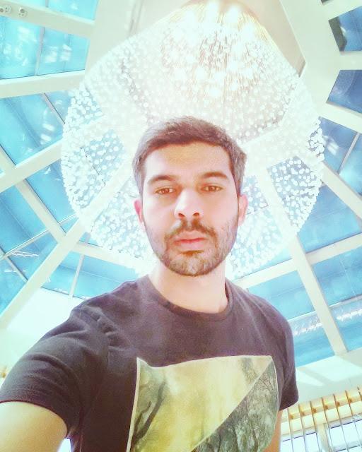 foto para instagram con juego de luces y obra de arte de vidrio