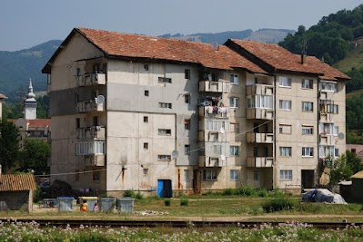 Plattenbauen am Stadtrand von Zlatna