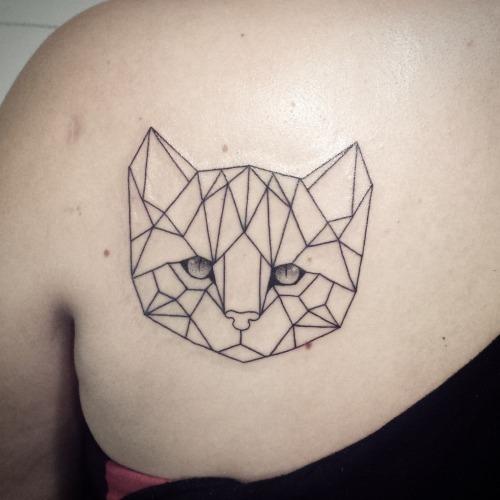 realista_olhos_de_gato_ombro_tatuagem