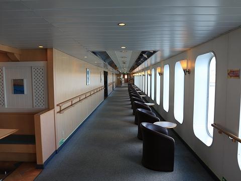 新日本海フェリー「らいらっく」 4階プロムナード