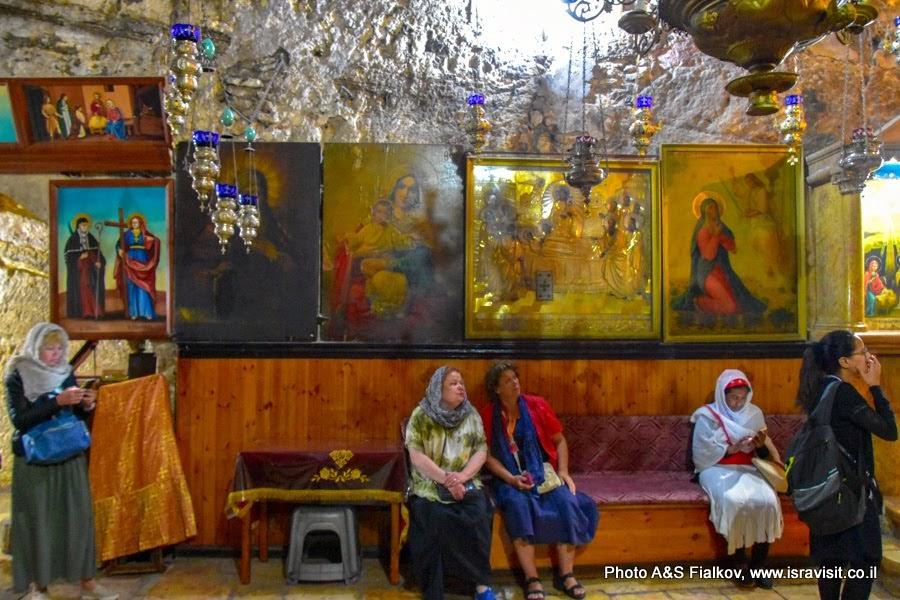 Гид в Иерусалиме Светлана Фиалкова с туристами в Церкви Успения Богородицы в Гефсимании. Православный придел.