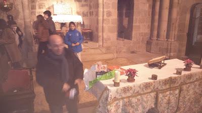 Escena de la iglesia durante el reparto de regalitos navideños