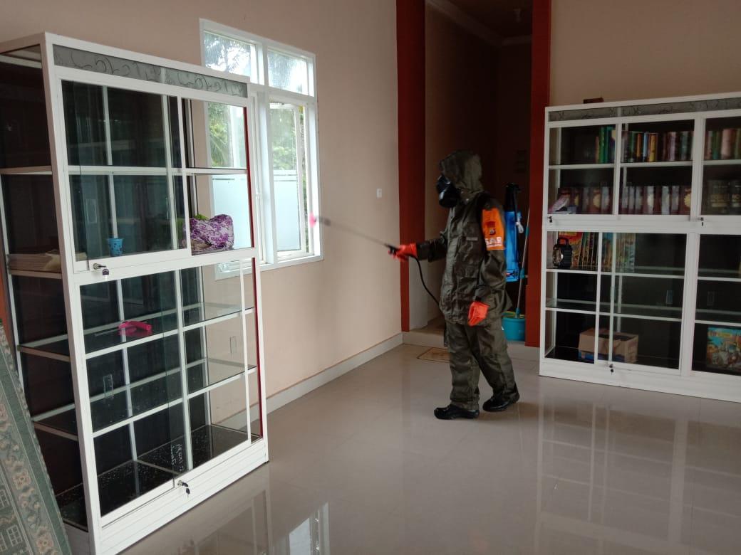 Personel Brimob Bone Lakukan Penyemprotan Disinfektan di Rumah Warga PDP Suspek Covid-19
