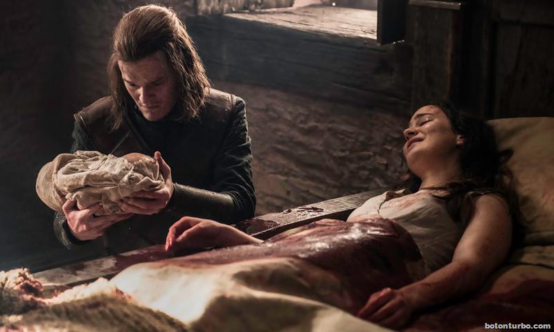 El pequeño Jon Targaryen en las manos de su tío Ned Stark