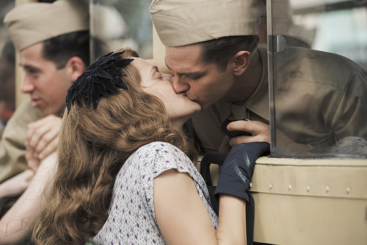 Dorothy Schutte (Teresa Palmer) and Desmond Doss (Andrew Garfield) in HACKSAW RIDGE. (Photo by Mark Rogers / Lionsgate).