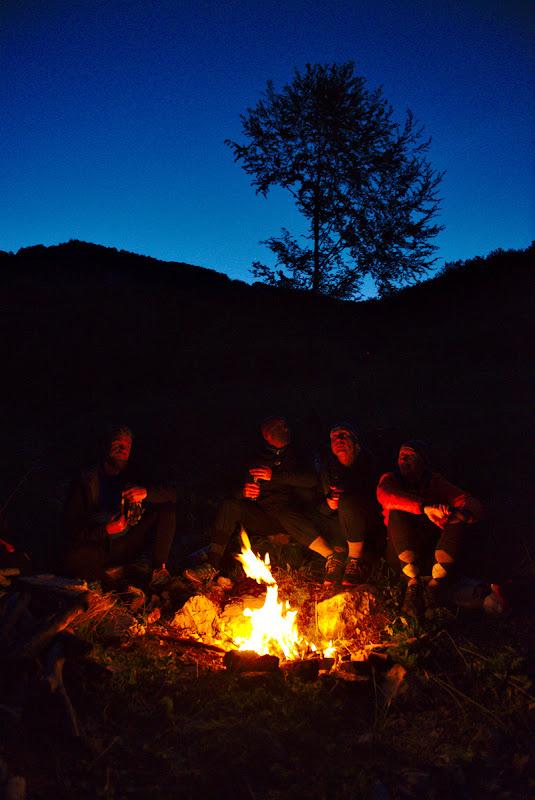 Momente faine la focul de seara, urmarind aparitia primelor stele.