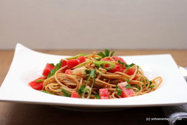 Vollkorn-Spaghetti mit scharfer Cashew-Erdnuss-Sauce und Wassermelonenwürfeln