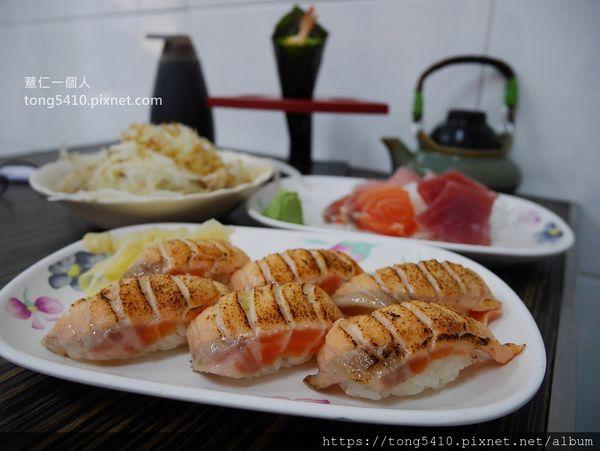 山根壽司,赤崁樓旁的超人氣平價日式料理店。炙燒鮭魚握壽司是隱藏版菜單喔