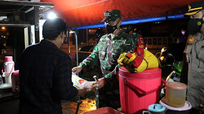 Selain Patroli, Tim Gabungan Kodim, Polres dan Satpol PP Bantul Juga Bagikan Sembako