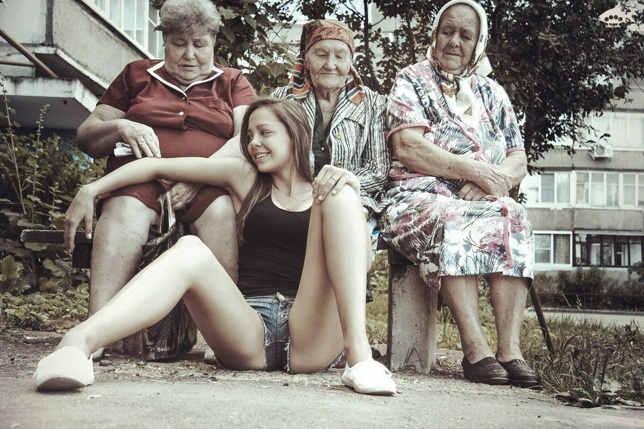 Голая девка и бабки на лавочке фото 145-767