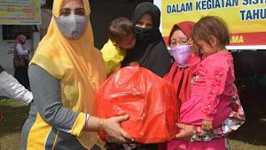 Ketua Tim PKK Kota Bima Serahkan  Bantuan 110 Paket Makanan Tambahan Anak di Kecamatan Mpunda