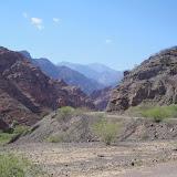 La strada si infila tra le montagne