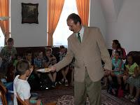 15 A főkonzul pogácsával kínálja vendégeit.JPG