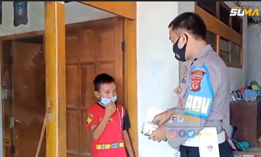 Anggota Polisi Di Polres  Majalengka Polda Jabar Bagikan Kuota Gratis ke Siswa SD
