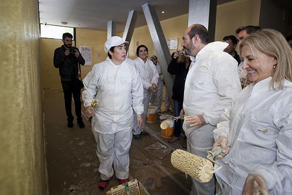 Vecinos de Parla ayudan a la Comunidad de Madrid pintando las zonas comunes de sus viviendas