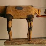 """Egypte - Vache vêlant, """"Modèles"""" déposés dans les tombes (bois de sycomore stuqué polychrome, Moyn Empire, 12e dynastie, vers 1990-1786 av. J.-C.)"""