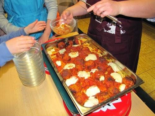 Penne al forno met gehaktballen en mozzarella.