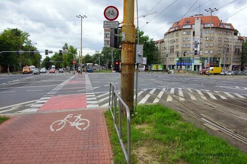 Ogromne skrzyżowanie. Znak na górze B-9 (zakaz ruchu dla rowerów) obowiązuje jedynie gdy nie działa sygnalizacja - ta poniżej, specjalna tylko dla rowerzystów.