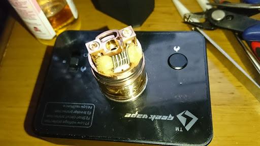 DSC 2956 thumb%255B2%255D - 【RDTA】「AUGVAPE Merlin RDTA」レビュー。あのマーリンの名を継ぐエングレービングの美しさとメタリック感ボディのRDTA!ヘビードローで美味しい ※追記あり【VAPE/電子タバコ/爆煙/アトマイザー】