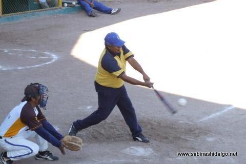 Martín Banda de Insulinos bateando en el softbol de veteranos