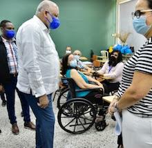 Ministro de Educación supervisa inicio aplicación segunda dosis de la vacuna contra el COVID19 a los maestros.