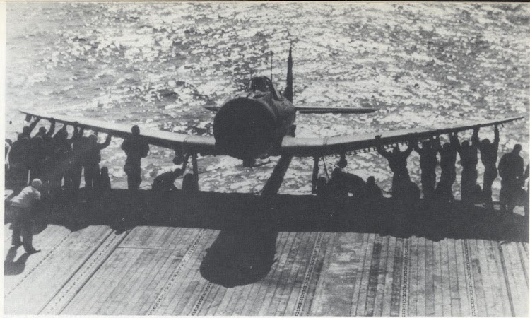 Outrigger para estiba de aviones en cubierta. Del libro U.S. Aircraft Carriers in Action. Part 1.jpg