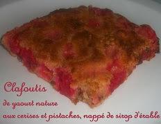 Clafoutis de yaourt nature aux cerises et pistaches, nappé de sirop d'érable