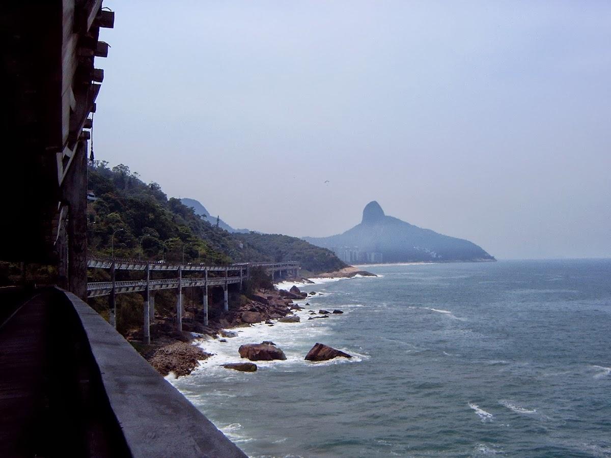Über 2 Tunnel und eine doppelstöckige Autobahnbrücke geht es von São Conrado nach Barra de Tijuca.
