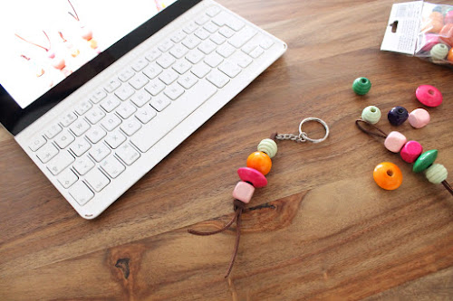 Not 2 late to craft: Clauer amb boles de fusta / Wooden beads keychain