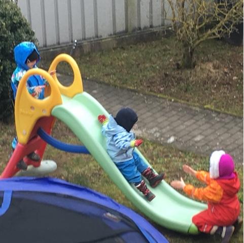 Kinder rutschen