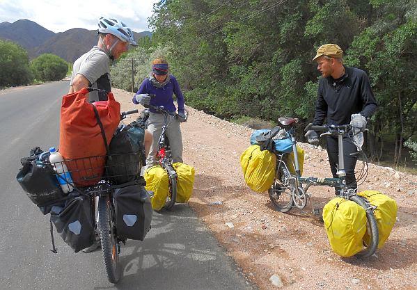 Treffen an der Landstraße Kochkor-Naryn mit Justine und Jean-Philippe aus Québec auf ihren Dahon-Falträdern