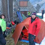Nous installons les tentes sur de l'herbe, à l'abri du vent du Nord qui reste très léger.