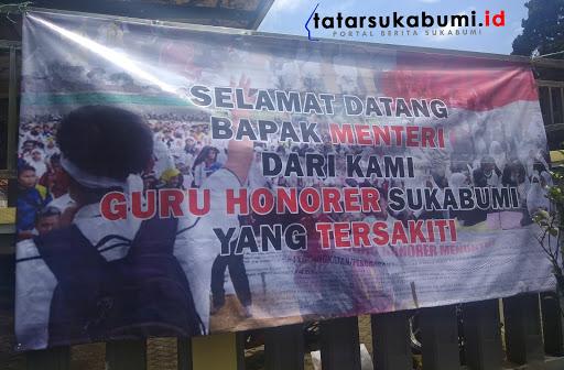 Spanduk ungkapan Guru Honorer didepan Gor Cisaat Sukabumi // Foto : Rapik Utama