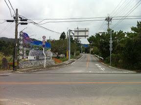 海洋博公園から国道505号線を左折して走行。道路右側に「今帰仁城跡」の案内
